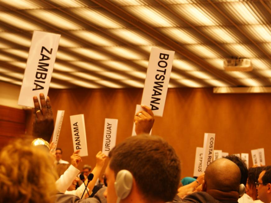 Abstimmung mit Karten in einem Raum