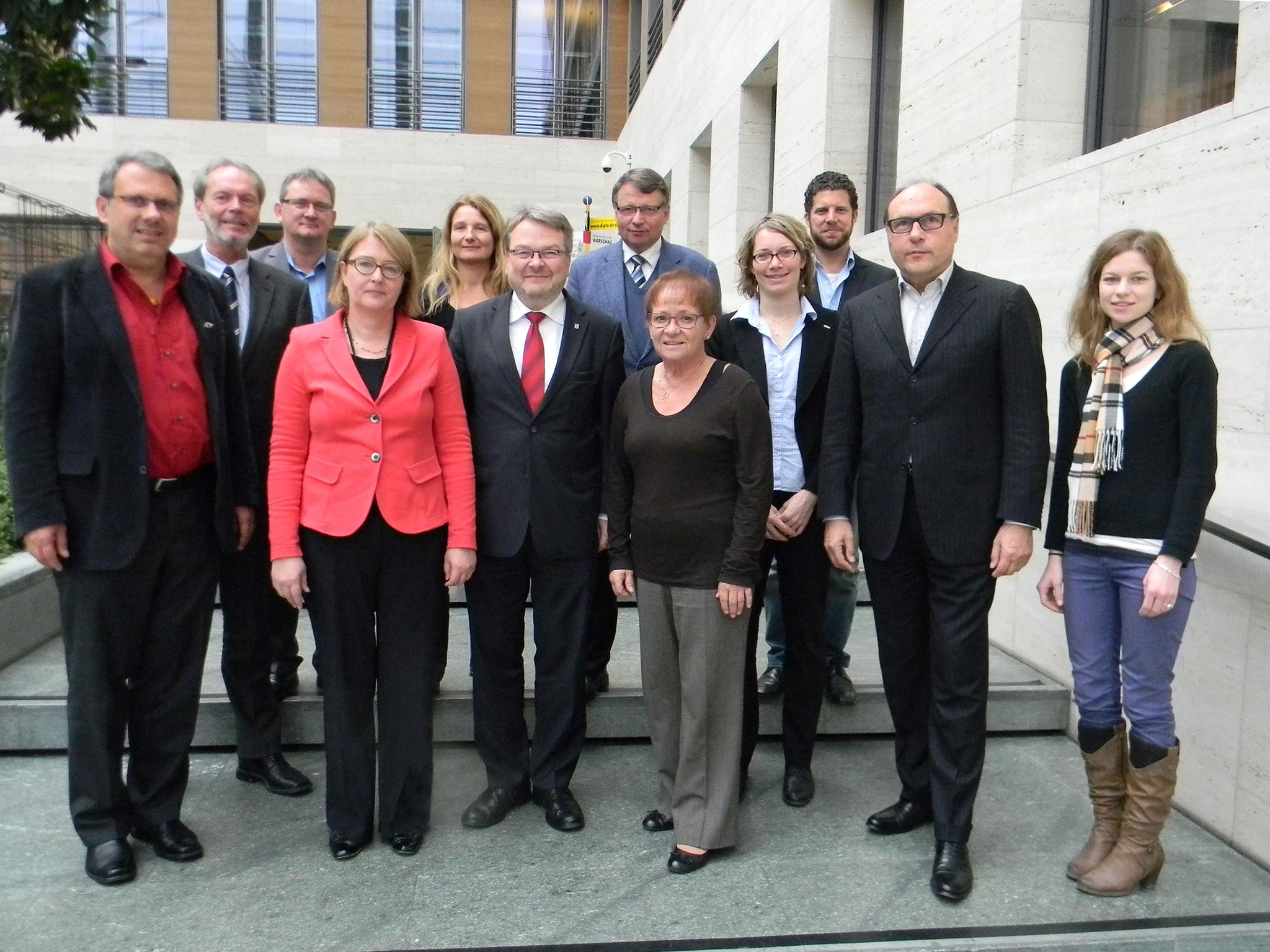Gruppenfoto mit Botschafterin Antje Leendertse, Bürgermeister Thomas Hermann und der Mayors for Peace-Delegation im Auswärtigen Amt