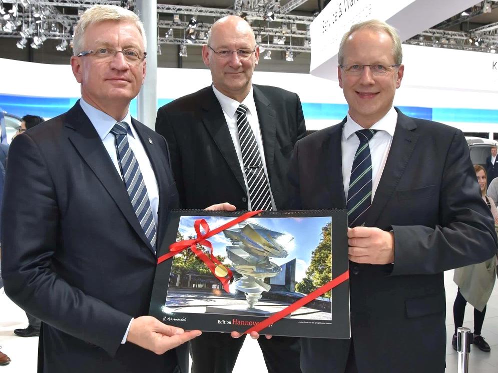 Jacek Jaśkowiak (Stadtpräsident der polnischen Partnerstadt Poznań), Jens Ocksen (Vorstandschef von Volkswagen Poznań), Oberbürgermeister Stefan Schostok auf der IAA Nutzfahrzeuge