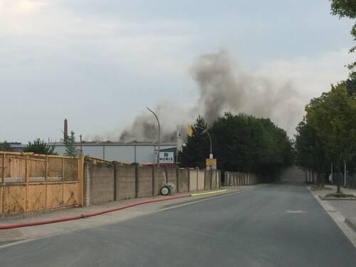 Beim Eintreffen der Feuerwehr quoll dichter Brandrauch aus einer ca. 50 x 70 Meter großen Lagerhalle.