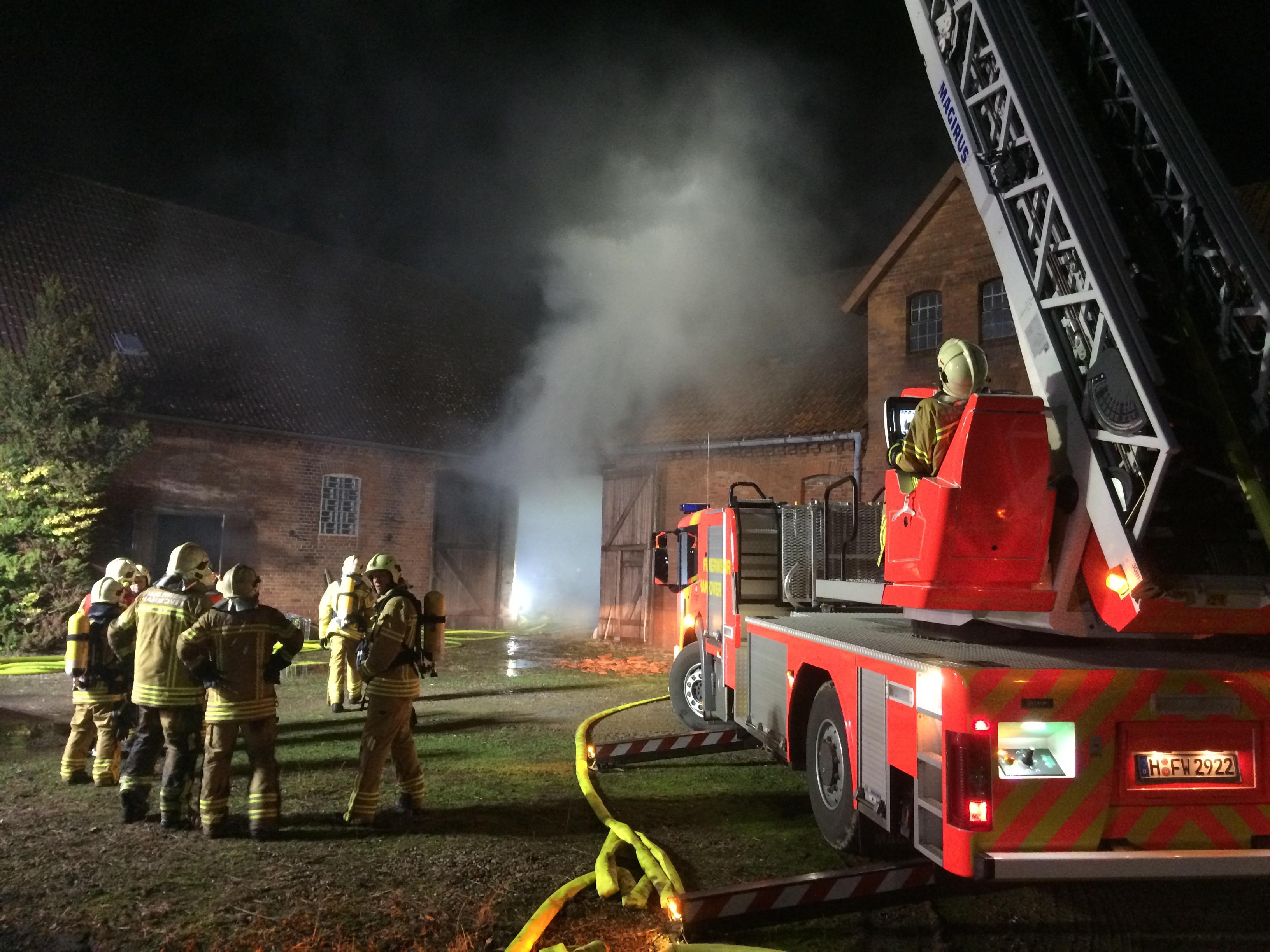 Ein ausgedehnter Brand in einem ehemaligen landwirtschaftlichen Gehöft hat die Feuerwehr Hannover in der Nacht zum Mittwoch stark gefordert.