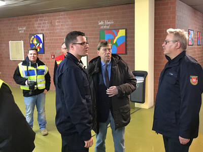 Personaldezernent Harald Härke mit Claus Lange und Jan Feichtenschlager im Gespräch in der Betreuungsstelle