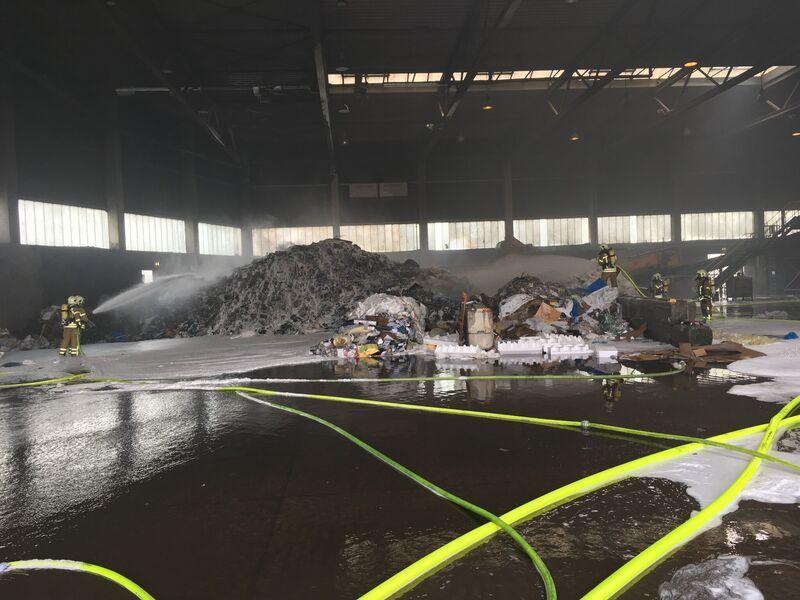 Einsatztrupps der Feuerwehr bekämpften den Brand mit drei handgeführten Rohren und einem Wasserwerfer in der etwa 25m x 75m großen Sortierhalle. Aus einem bis zu 4 m hohen Berg aus etwa 100 Tonnen Industrieabfällen schlugen Flammen und quoll dichter Rauch.