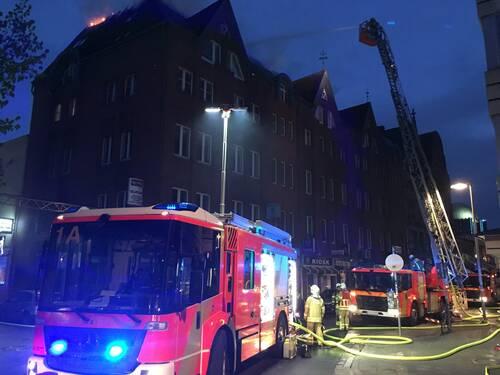 Am frühen Dienstagmorgen brannten an einem Wohn- und Geschäftshaus im Steintorviertel zunächst Müllcontainer und kurz darauf der Dachstuhl. Einsatzkräf-te retteten 21 Bewohner aus neun Wohnungen.