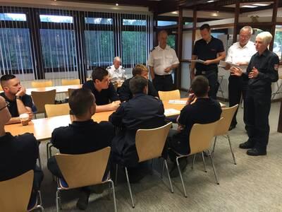 Der Leiter der Feuerwehr Claus Lange und sein Stellvertreter Dieter Rohrberg verabschiedeten am Dienstagmorgen die Einsatzkräfte im Davenstedter Feuerwehrhaus. Das Planungs- und Vorbereitungsteam der Feuerwehr führt für alle abrückenden Einheiten ein Briefing durch.