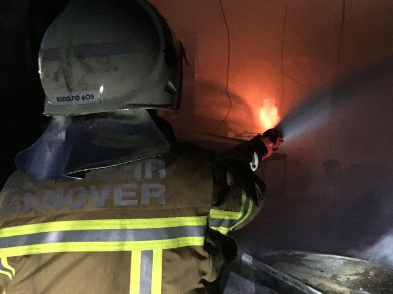 Einsatztrupps der Feuerwehr bekämpften den Brand mit insgesamt fünf handgeführten Rohren
