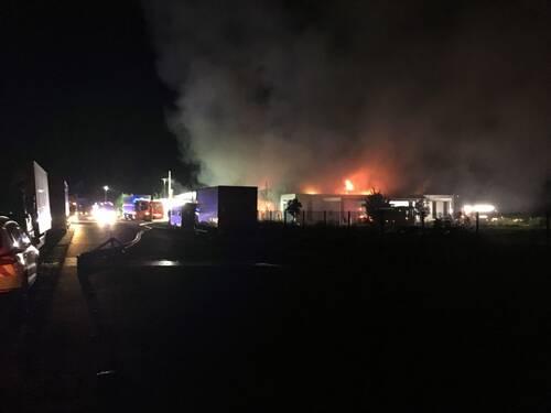 Der eintreffende Löschzug der Feuer- und Rettungswache 2 vernahm bereits während der Anfahrt deutlichen Flammenschein und das Zerknallen von Druckgasbehältern