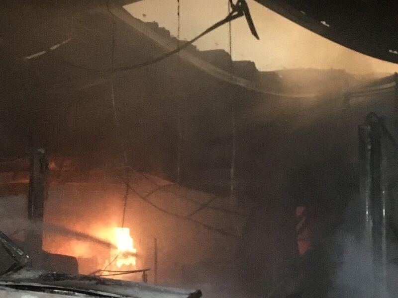 Da durch das Feuer beschädigte Teile des Daches einstürzten, konnte ein innenliegender Lagerraum mit Betriebsmittel und Reifen nur schwer mit Löschwasser erreicht werden.