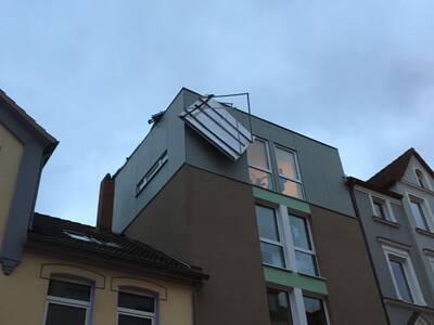 In der Rehbockstraße in der Nordstadt drohte eine Solarthermieanlage vom Dach eines Mehrfamilienhauses abzustürzen und musste von den Höhenrettern der Feuerwehr gesichert und zu Boden gebracht werden.
