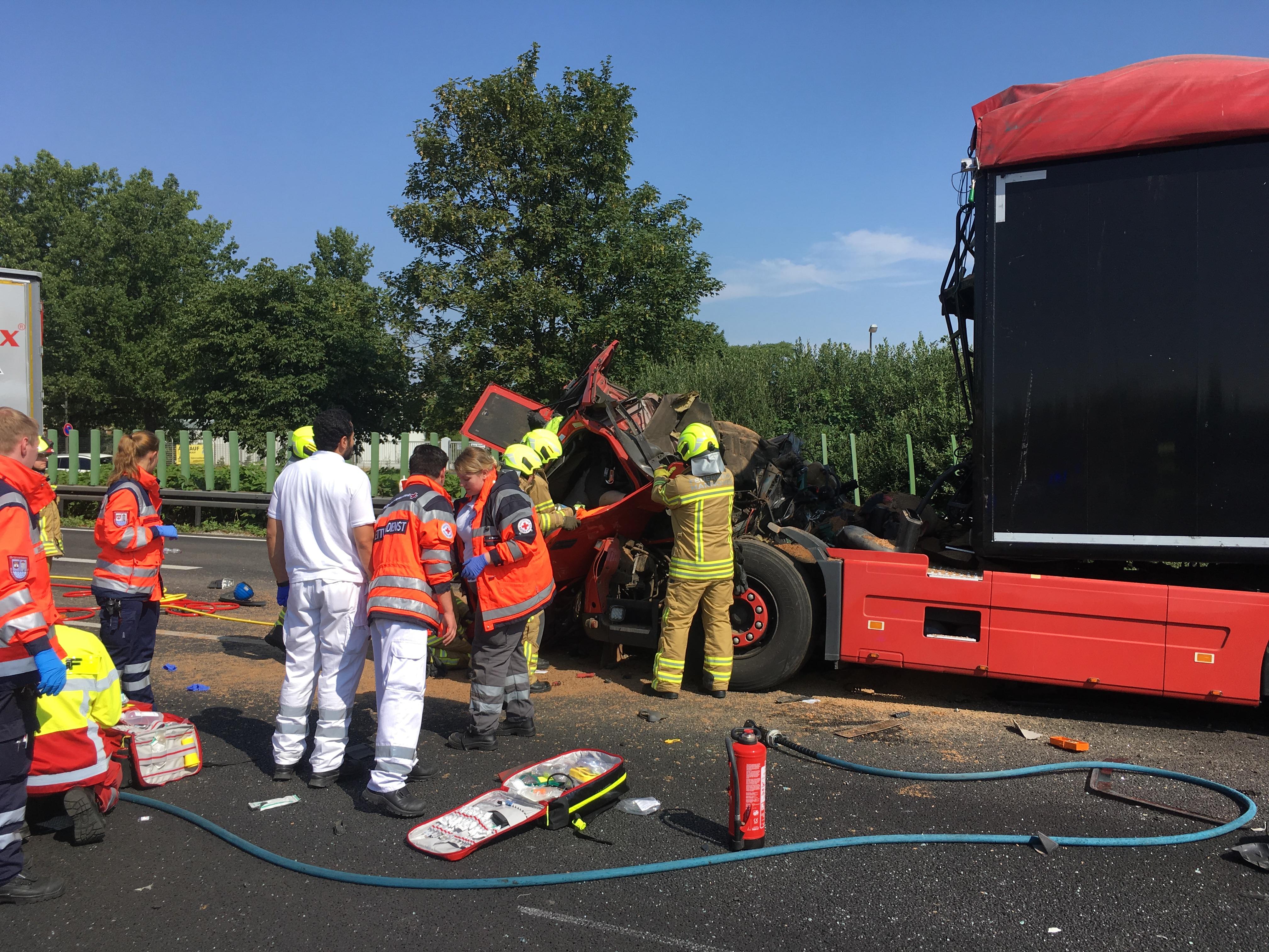 Einsatzkräfte der Feuerwehr Hannover befreien einen eingeklemmten LKW-Fahrer aus seinem völlig deformierten Fahrerhaus.