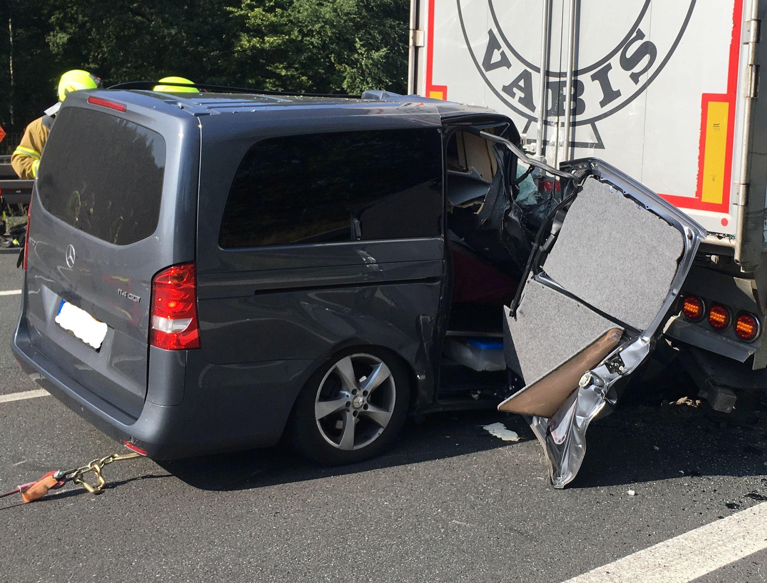 Ein niederländischer Mercedes Kleintransporter (Leichenwagen) fuhr aus ungeklärter Ursache auf einen vor ihm an einem Stauende wartenden Sattelzug auf.