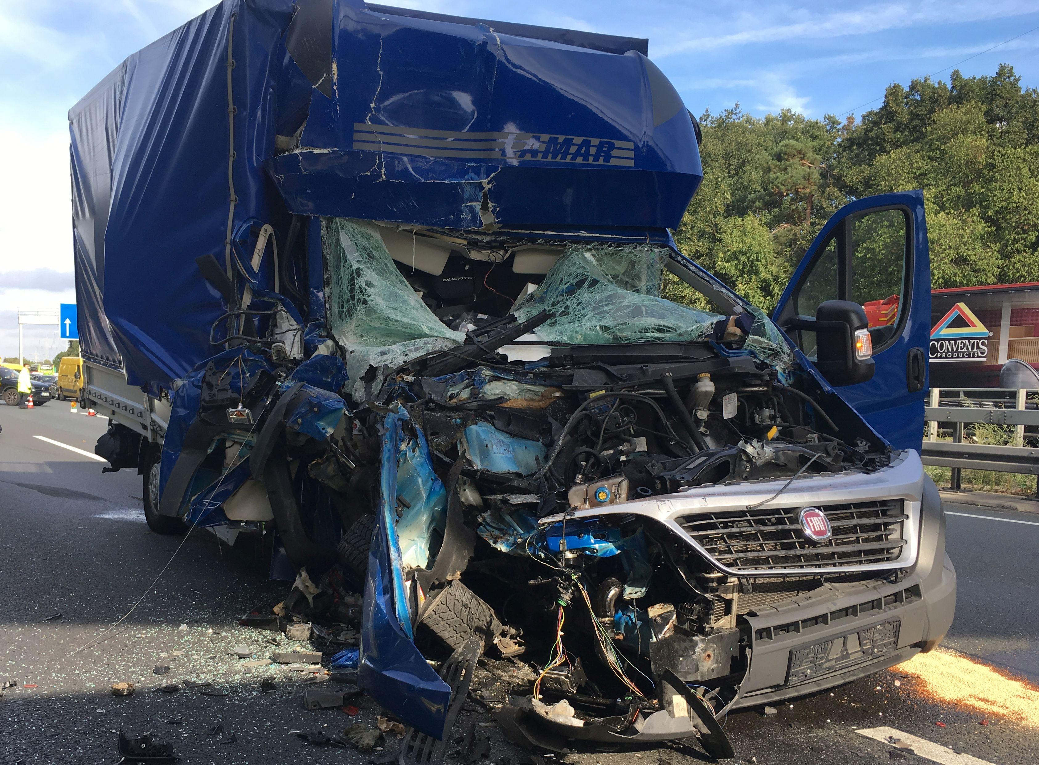 Ein Kleintransporter fuhr aus ungeklärter Ursache auf einen, vor ihm an einem Stauende haltenden, LKW auf.