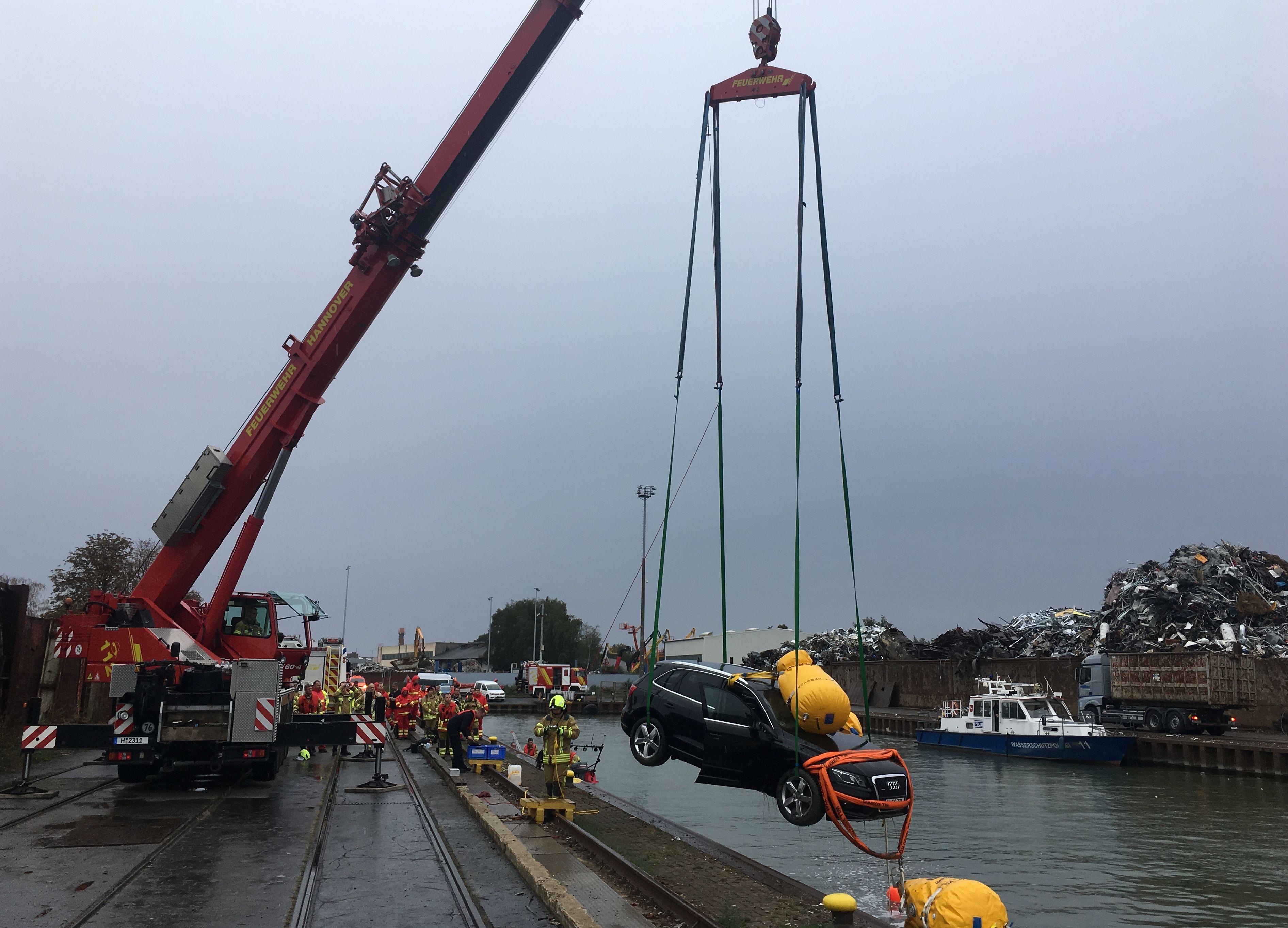 Ein Feuerwehrkran hievte den Wagen aus dem Wasser und setzte ihn an Land