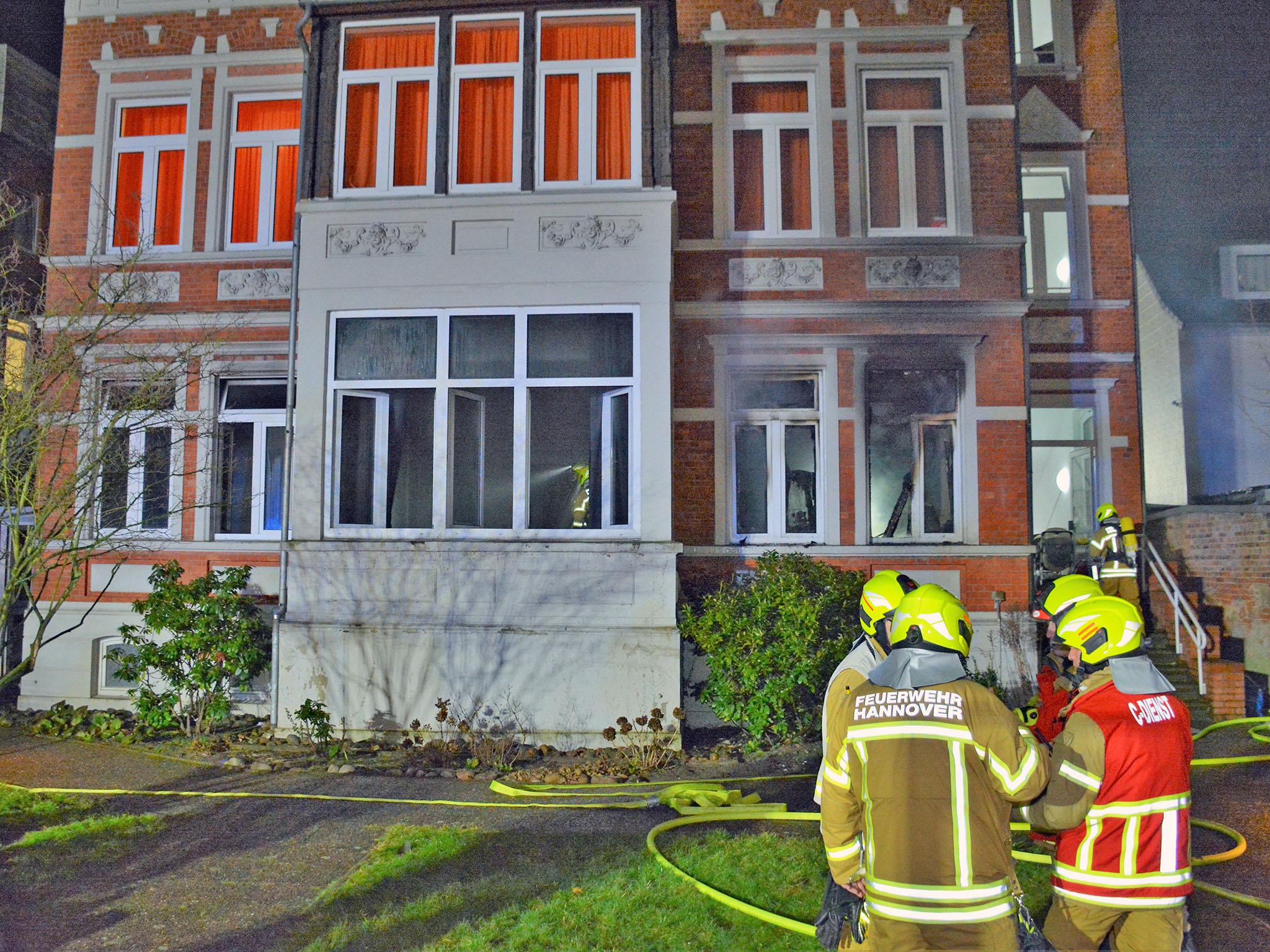 Eine Person bei Feuer in Wohnheim leicht verletzt