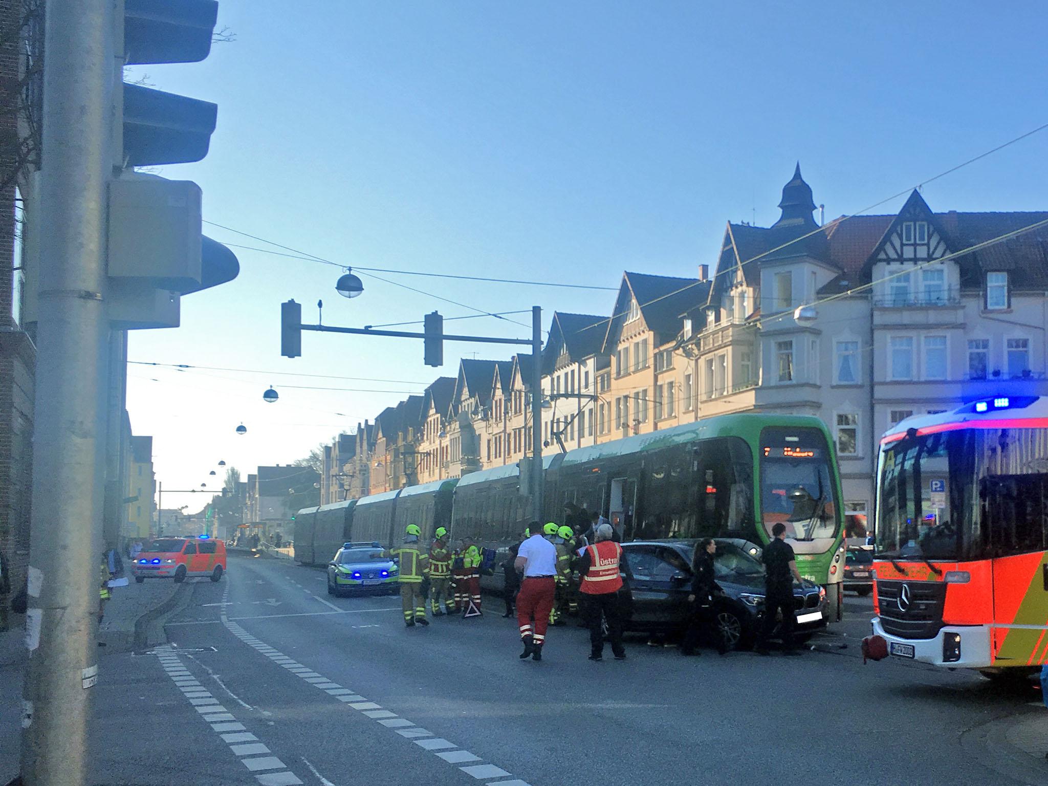 Verkehrsunfall zwischen einem PKW und einer Stadtbahn.