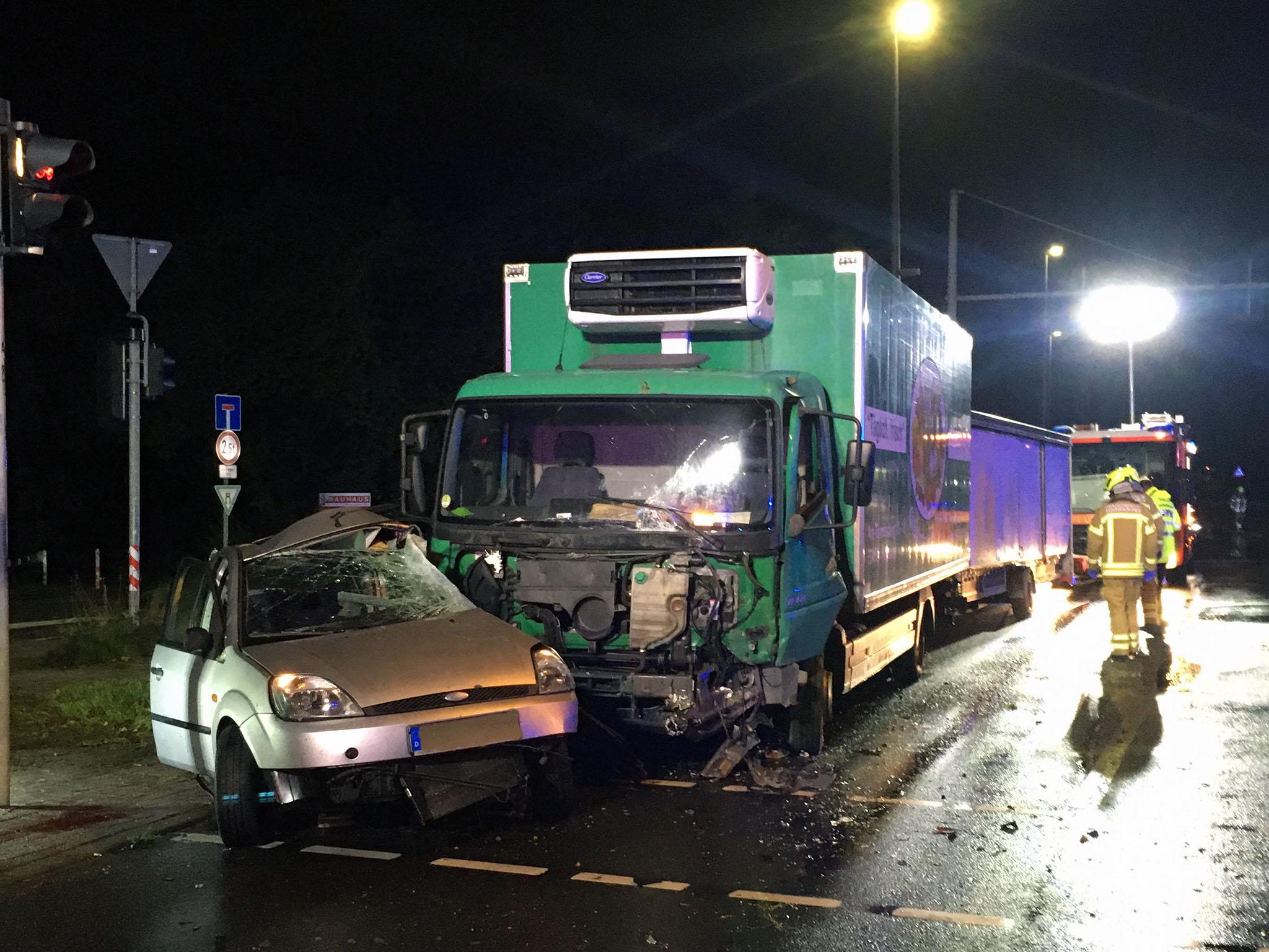 Verkehrsunfall an dem ein LKW und ein PKW beteiligt waren.