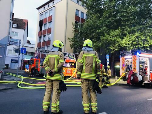 Feuerwehrleute vor einem Haus in der Arndtstraße