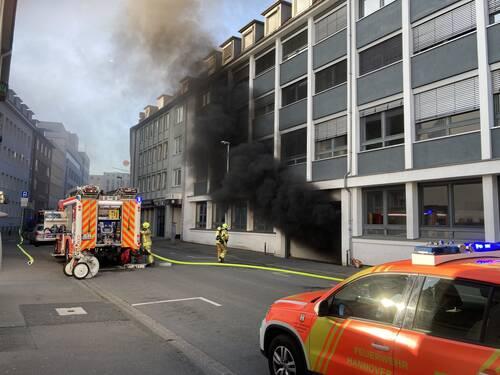 Ein Parkhaus brennt