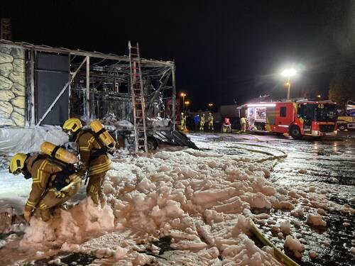 Die Feuerwehr löscht mit Löschschaum