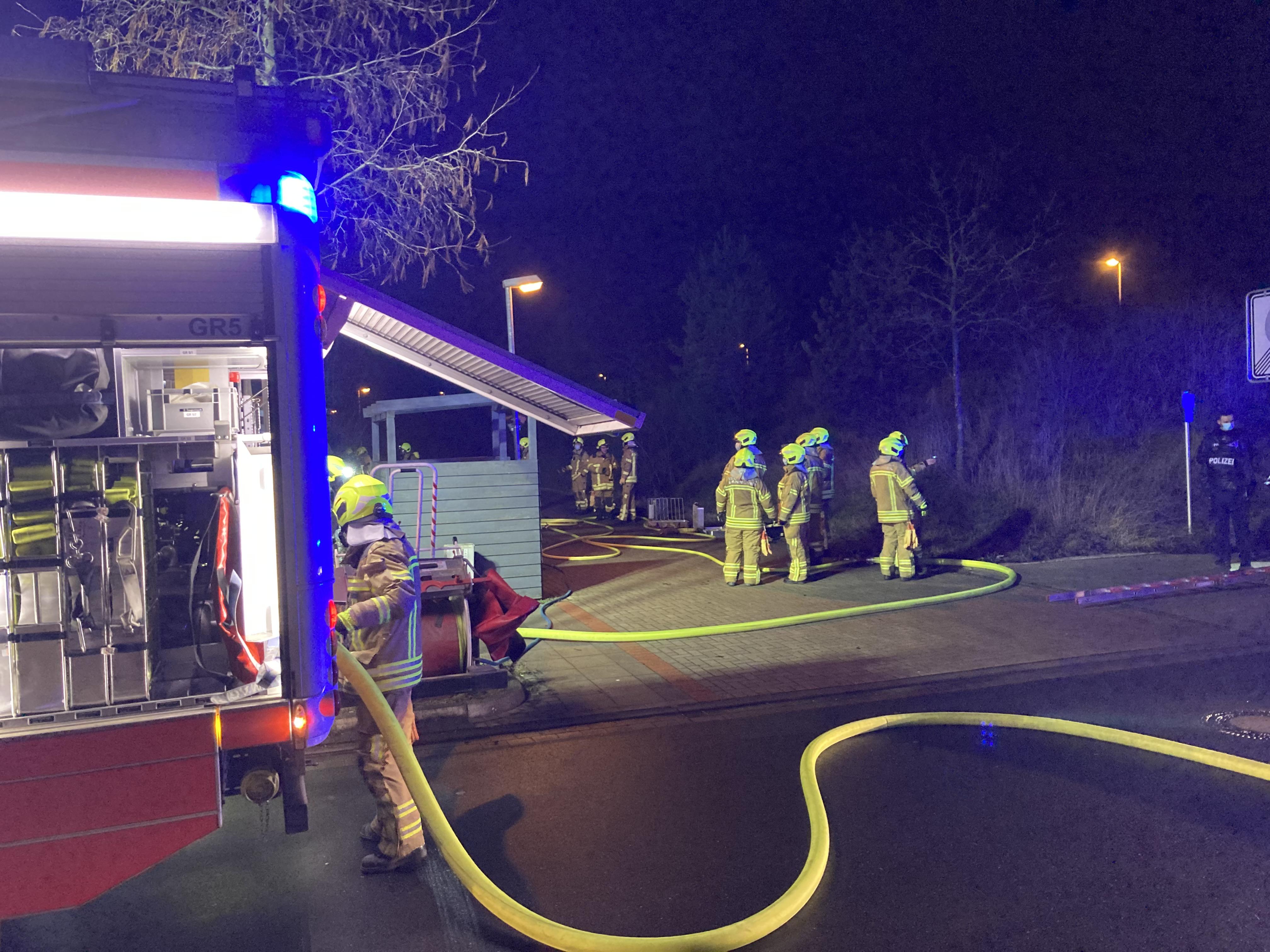 Ein Feuerwehrauto und Feuerwehrkräfte