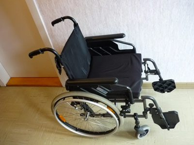 Rolltstuhl auf dem Flur