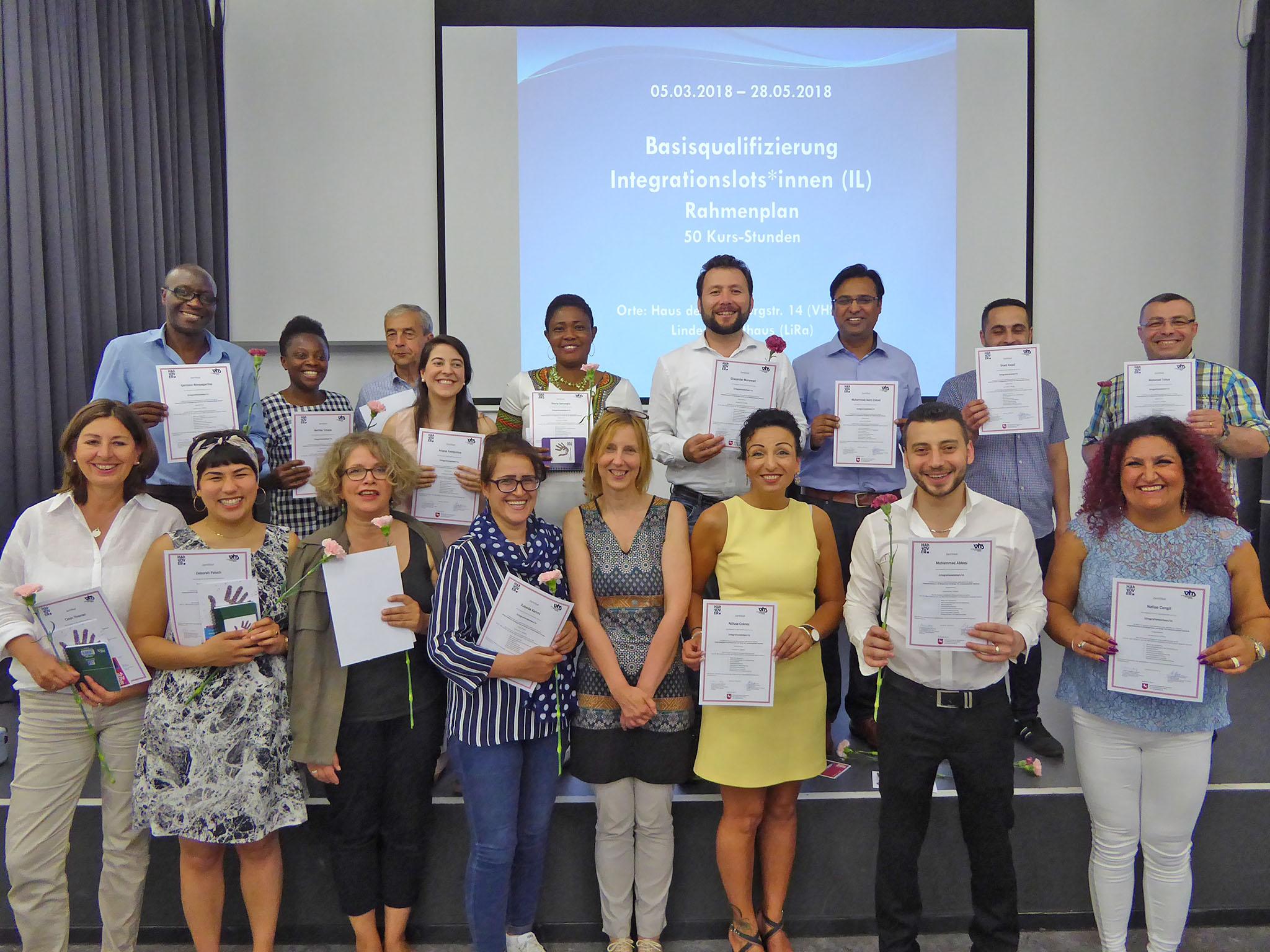 Gruppenbild mit Frauen und Männern unterschiedlichen Alters, die jeweils ein Zertifikat in Händen halten.