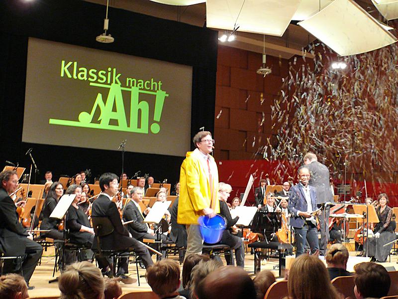 Großer Sendesaal des NDR mit Orchestermusikern und den Fernsehmoderatoren Ralph Caspers und Shary Reeves
