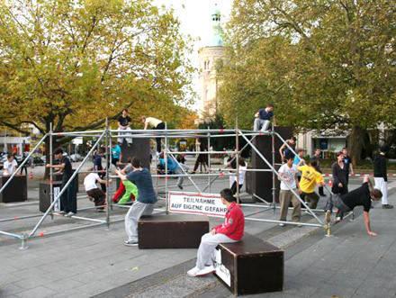 Klettergerüst English : Jugendliche am klettergerüst freizeit und kultur kinder