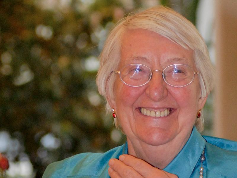 Eine ältere Dame freut sich