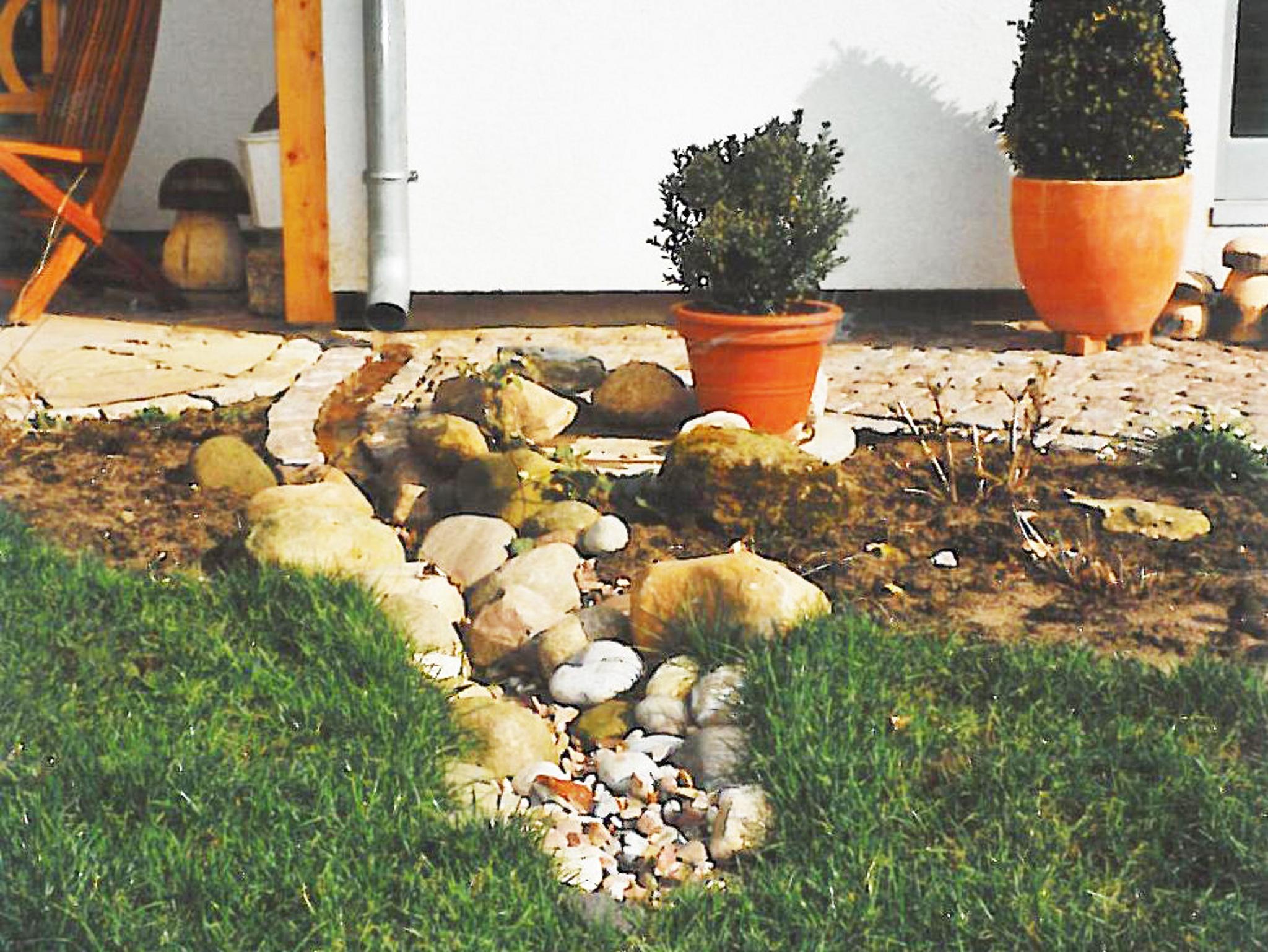 Natürliche Regenwasserversickerung auf einem Grundstück