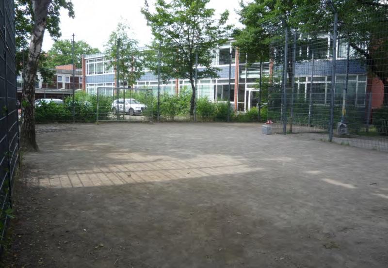 Fußballplatz mit Drahtzaun in der Scheffelstraße