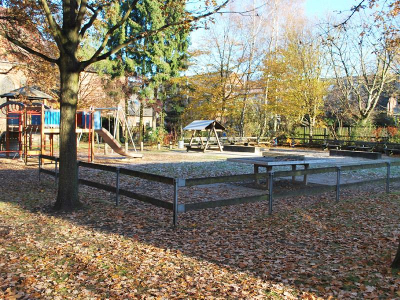 Tischtennisplatte und Spielgeräte auf dem herbstlichen Spielplatz Kelbshof