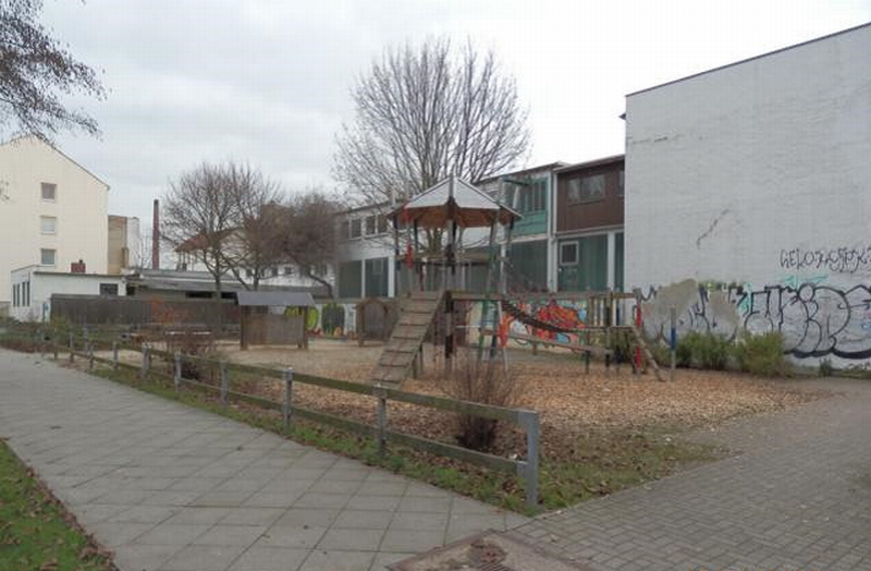Kleiner Spielplatz mit Holzspielgeräten