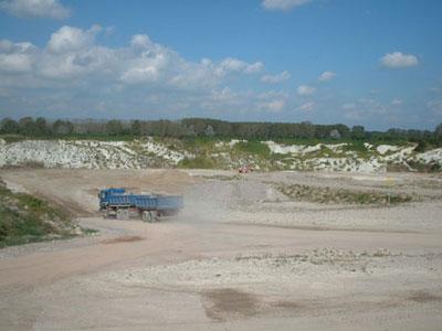 Laster fährt in Mergelgrube
