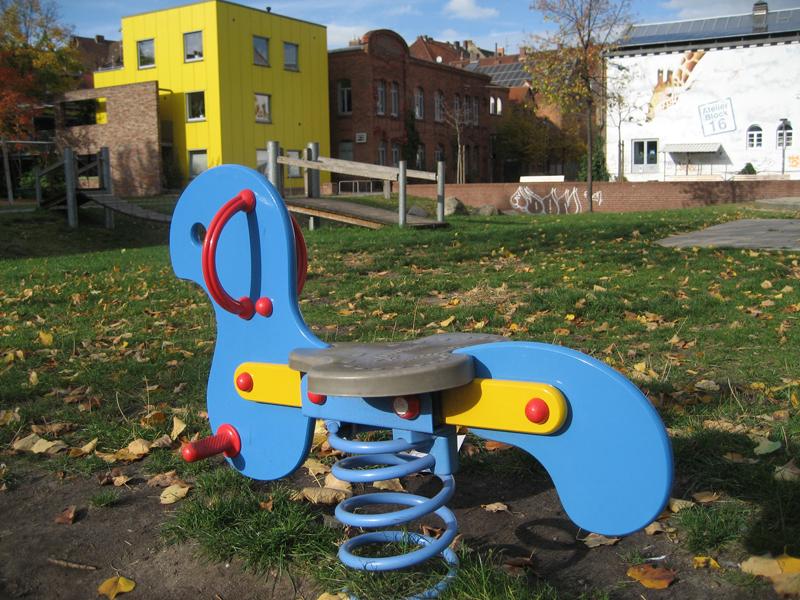Blaues Wipppferd auf dem Spielplatz Edwin-Oppler-Weg