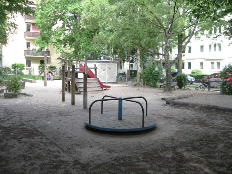 Spielgeräte auf dem Spielplatz in der Fundstraße