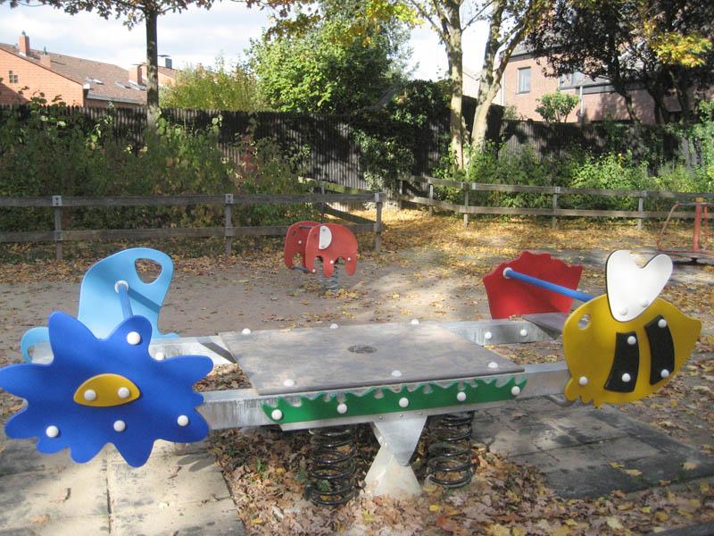 Wippe mit Tiermotiven auf dem Spielplatz Kambriumweg