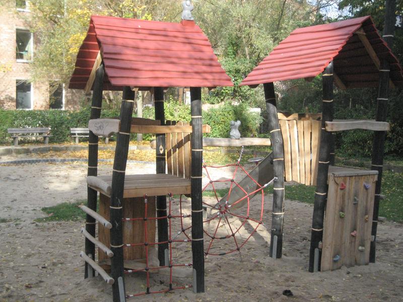 Klettergerüste aus Holz mit Seilen auf dem Spielplatz Rehbockstraße/Schaufelder Straße