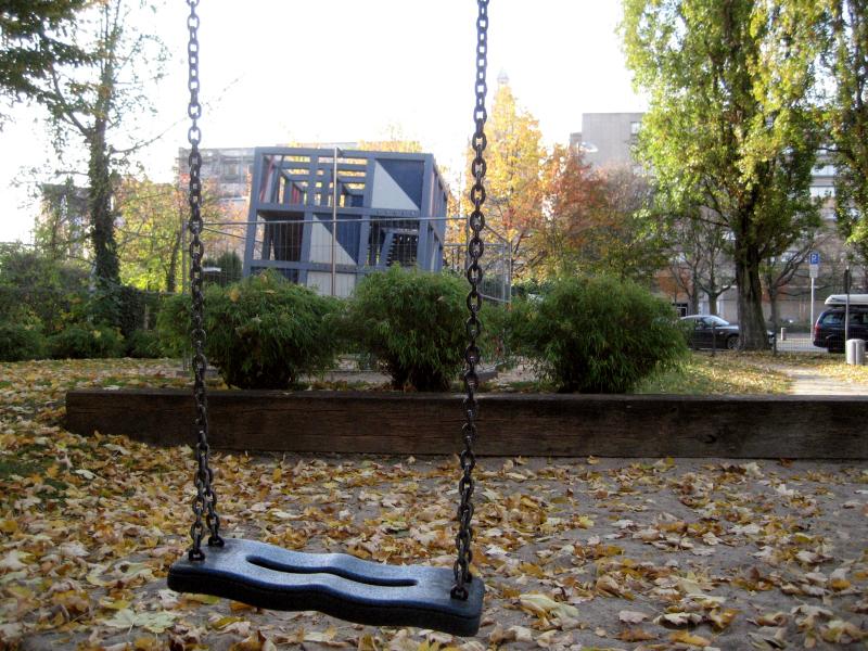 Eine herbstliche Aufnahme des Spielplatzes am Senior-Blumenberg-Gang, im Vordergrund eine Schaukel