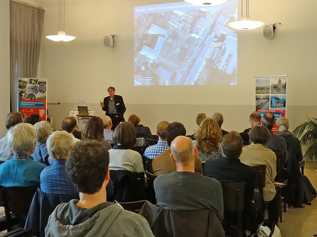 Burkhard Schulz-Darup referiert vor Publikum