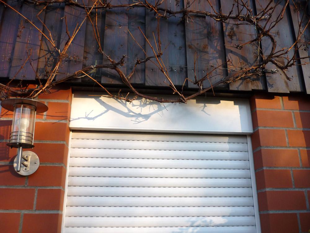 Außenansicht von Rollladenkasten mit Rollläden