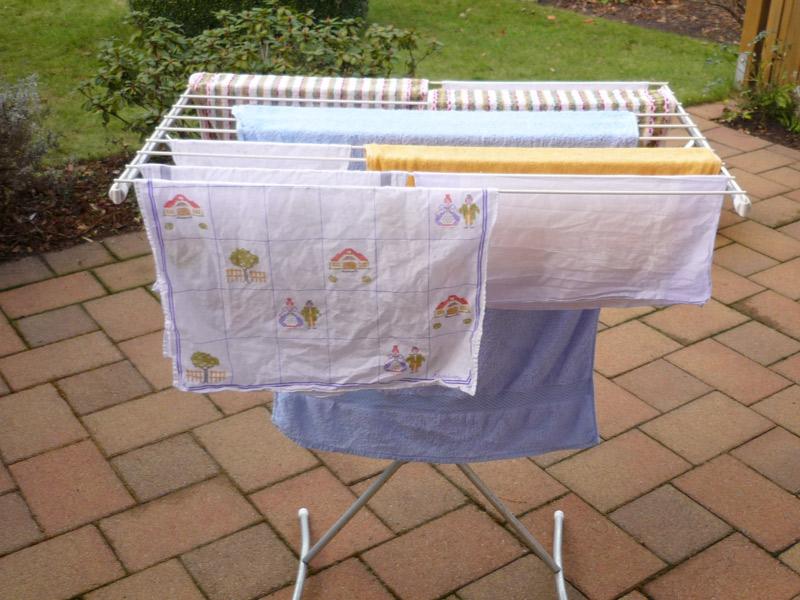 Wäsche wird an der frischen Luft auf einer Terrasse getrocknet