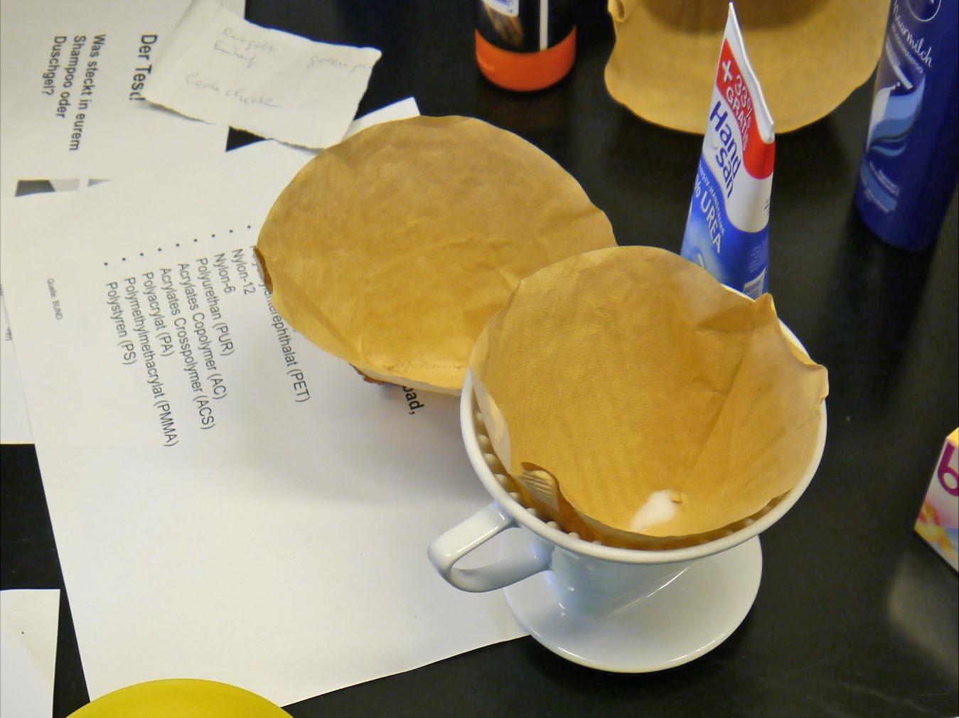 Zwei Kaffeefilter mit Filtertüten.