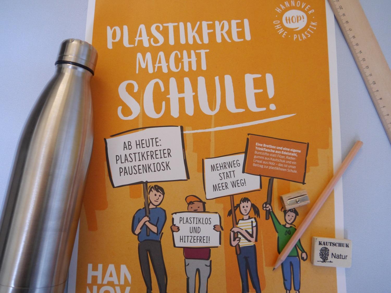 Foto eines Plakates zur plastikfreien Schule. Daneben eine Trinkflasche.
