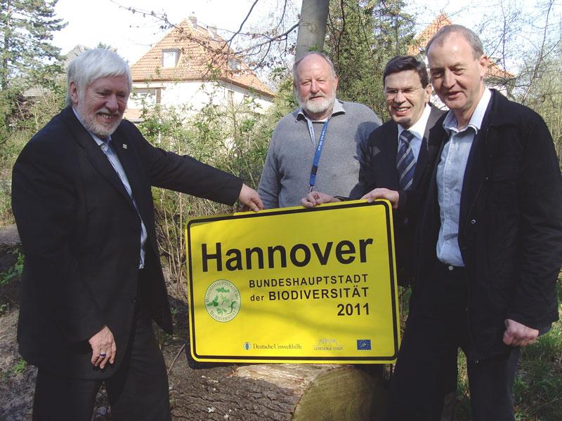 """Hannover-Ortsschild mit Zusatz """"Bundeshauptstadt der Biodiversität 2011"""""""