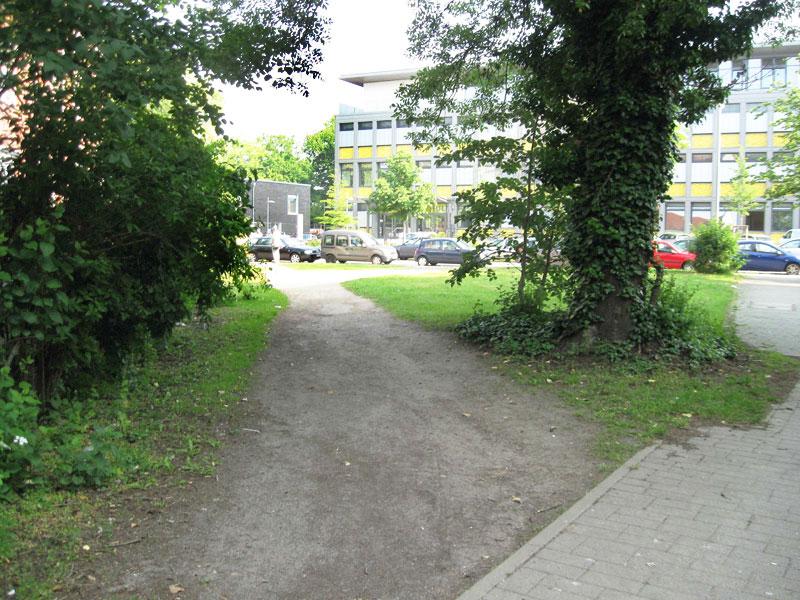 Durchgang auf der Grünfläche Göbelstraße