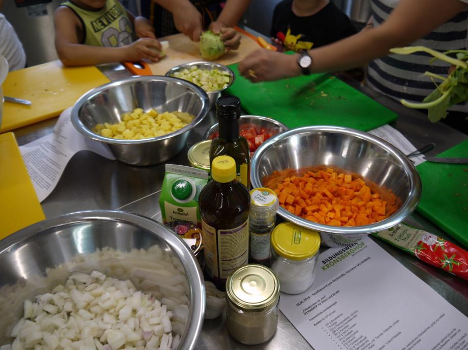 Schalen mit geschältem Gemüse.