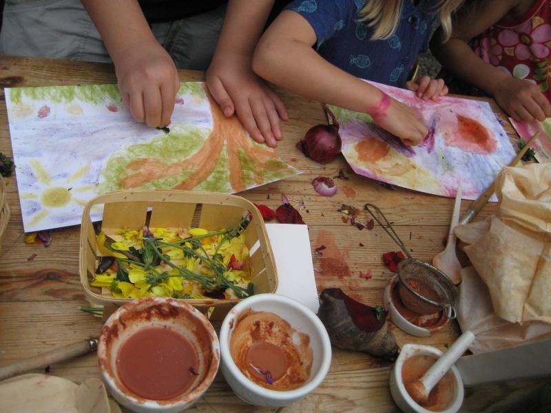 Kinder malen mit Naturfarben