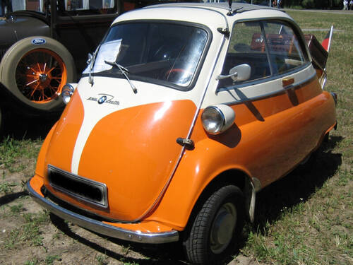 Eine Isetta in orange-weiß