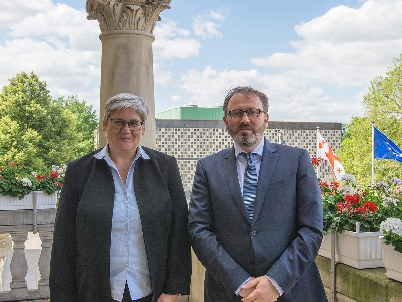 Die Erste Stadträtin Sabine Tegtmeyer-Dette und der georgische Botschafter Dr. Elguja Khokrishvili auf dem Balkon des Neuen Rathauses in Hannover.